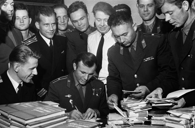 Юрий Гагарин раздает автографы в Театре Советской армии / Кулешов Николай/ ТАСС