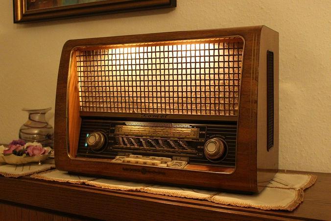 Хрипловатый радиоприемник с длинным куском провода вместо антенны, треск и завывание глушилки, обрывки далеких, почти неразборчивых фраз — это все, что осталось в моих детских воспоминаниях от радио «Голос Америки» / pixabay.com