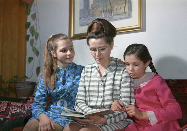 Жена Юрия Гагарина Валентина читает книгу дочерям Елене (слева) и Галине. Фото 1971 года / Александр Моклецов/РИА Новости