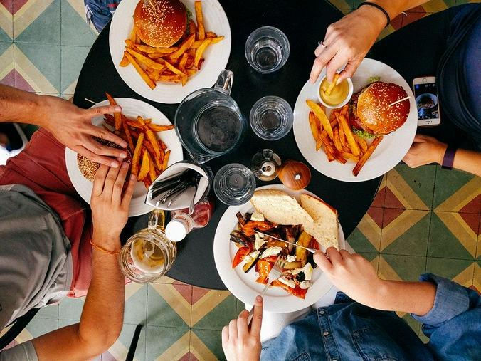 Если еда — часть культуры, то люди вместе с гамбургерами «потребляют» и новую культуру / pixabay.com