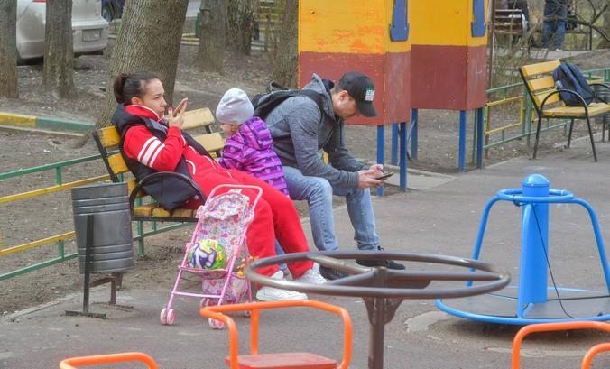 Гуляли с детьми на площадках / Агентство городских новостей «Москва»