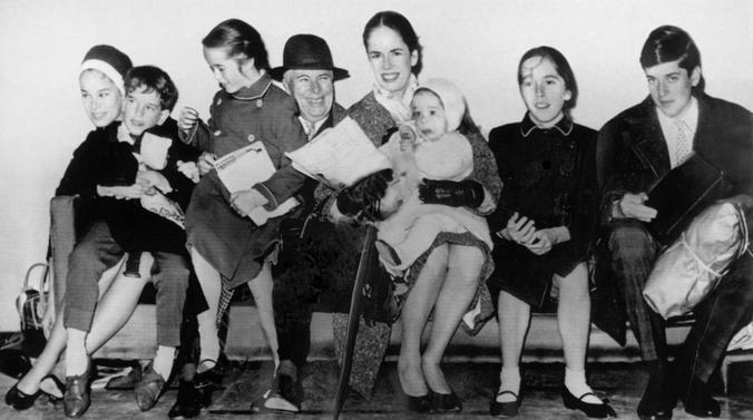 Чета Чаплин с детьми: Джеральдиной, Юджином, Викторией, Анной-Эмилией, Джозефиной и Майклом (1961) / Wikipedia / Общественное достояние