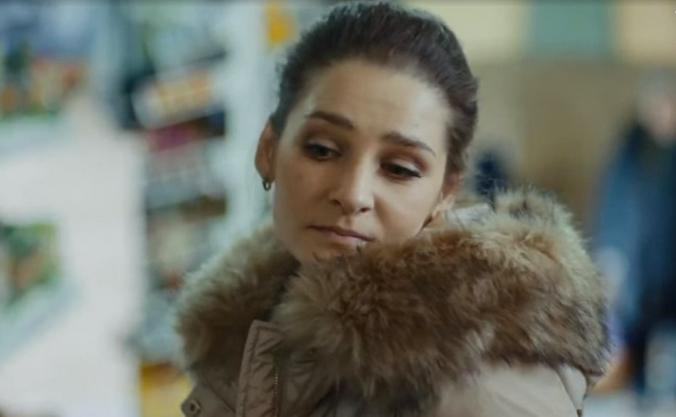 Актриса Глафира Тарханова в роли Оли в сериале «У причала» / Кадр из сериала «У причала»