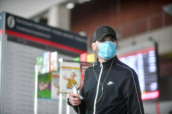 Маски являются барьером в первую очередь для носителя инфекции / Сергей Киселев / АГН «Москва»