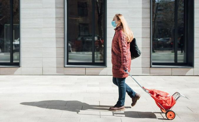 Одна моя приятельница, например, носит продукты соседке-старушке / www.mos.ru / Официальный сайт мэра Москвы