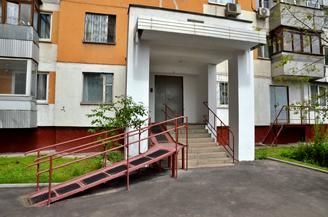 Пандус и подъемную платформу установят у дома в Красносельском районе. Фото: Анна Быкова