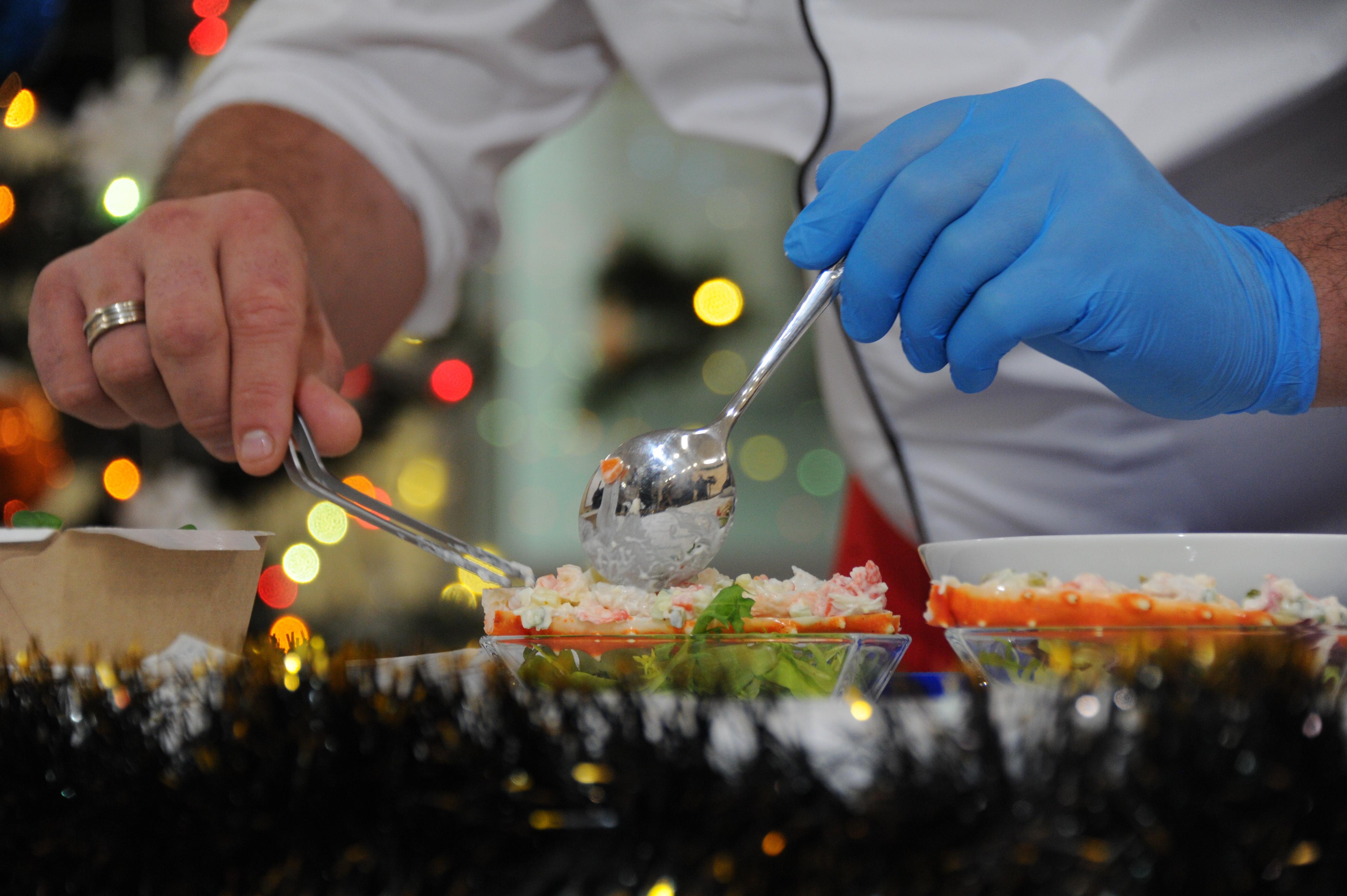 Кулинары рассказали, как приготовить слоеный рыбный салат за 15 минут