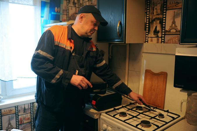 "Осмотр газового оборудования начали сотрудники Мосгаза. Фото: Светлана Колоскова, ""Вечерняя Москва"""