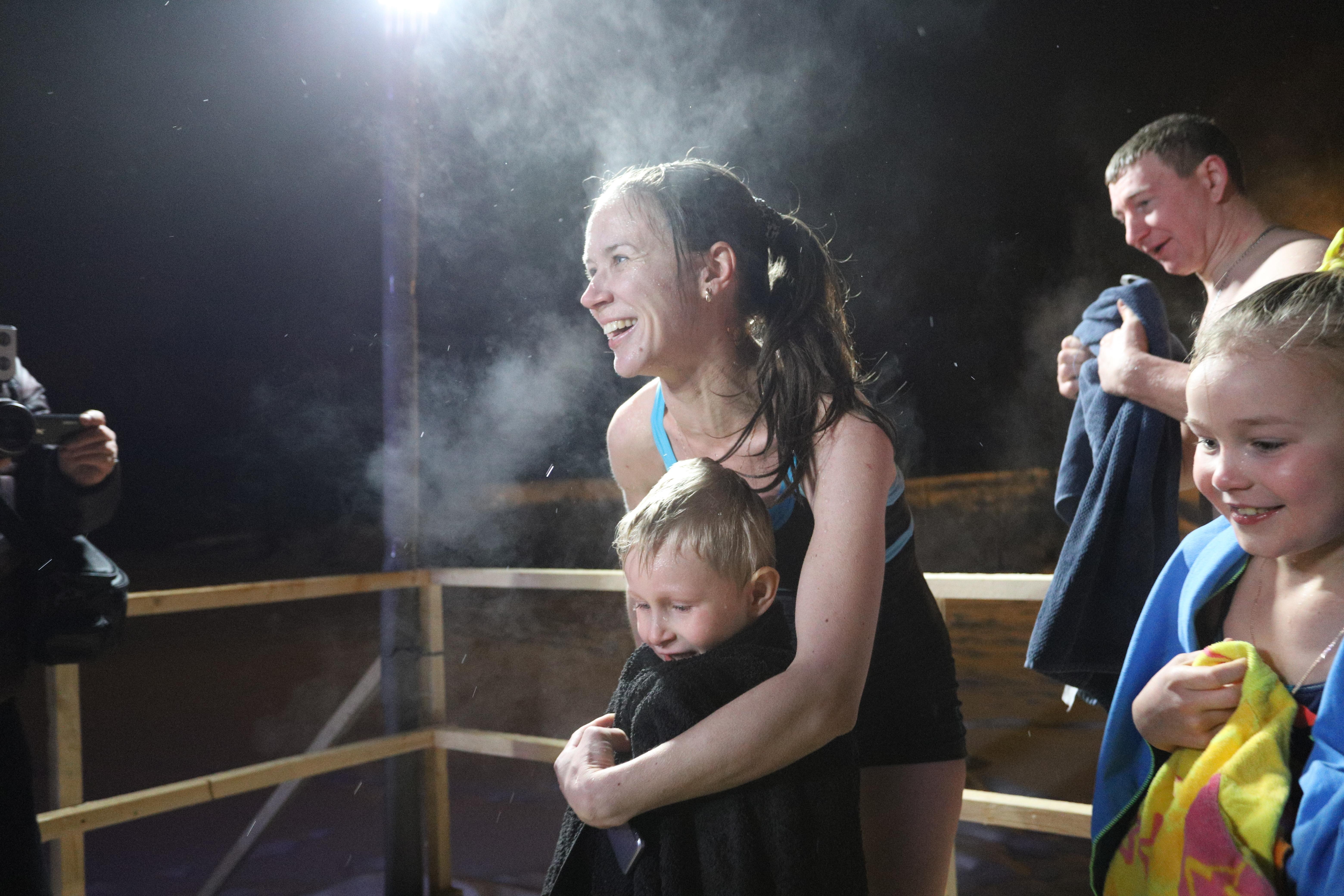Педиатр объяснила, как подготовить ребенка к купанию в проруби