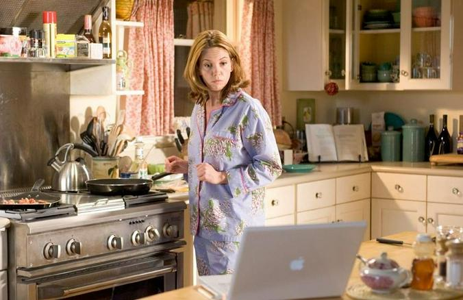 Когда женщина дома, она автоматически должна переключаться в режим заботы / кадр из фильма «Любовь к собакам обязательна»