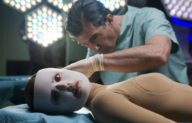 После 30 (а то и раньше!) вы начинаете читать статьи о прелестях пластической хирургии / кадр из фильма «Кожа, в которой я живу» (2011)