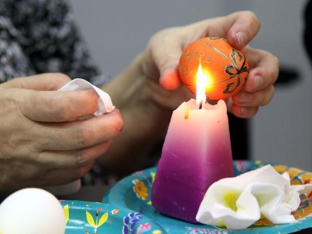 Белые яйца при окрашивании получатся ярче / Петр Болховитинов для «Вечерней Москвы»