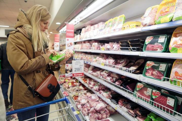 Покупательница рассматривает товар в мясном отделе одного из сетевых магазинов Москвы. Сейчас стоимость продуктов питания стоит уточнятьвнимательнее / Анна Иванцова