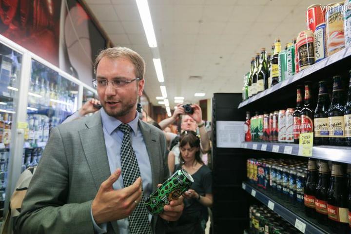 В Москве неоднократно проводились рейды, направленные против торговли алкоэнергетиками / Дмитрий Рухлецки