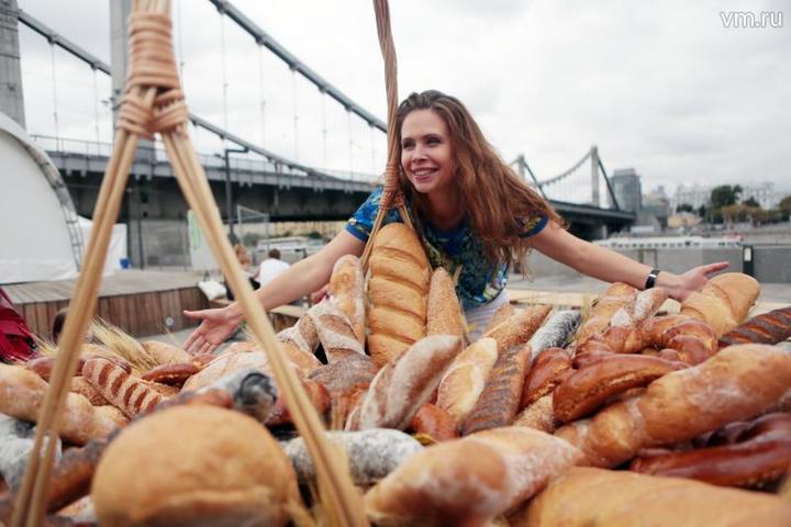 Фестиваль хлеба в парке «Музеон». В Москве работает около 450 пекарен, а в Париже — 3,5 тысячи. Пекари уверены,что если число хлебных производств в Москве вырастет, то конкуренция увеличится, и качество хлеба существенно улучшится / Анна Иванцова