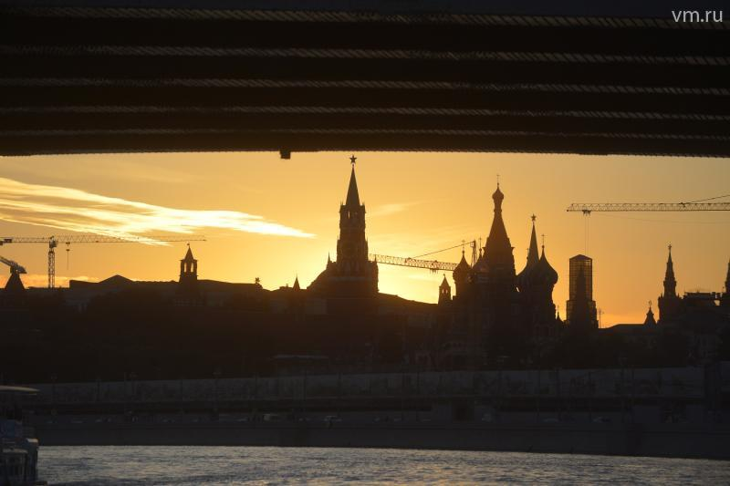 Столичная судоходная компания и образовательный проект «Москва глазами инженера» запустили серию тематических экскурсий по Москве-реке. Ближайшая из них - «Как устроены мосты» - пройдет 12 августа. / Александр Казако
