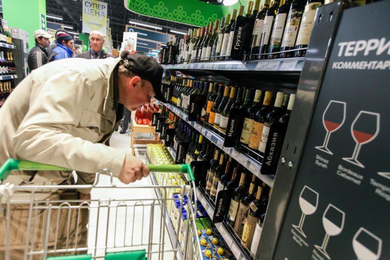 16 октября 2014 года. Открытие одного из супермаркетов столицы. Этой осенью выбирать вино придется еще внимательнее — цены растут / Дмитрий Рухлецкий