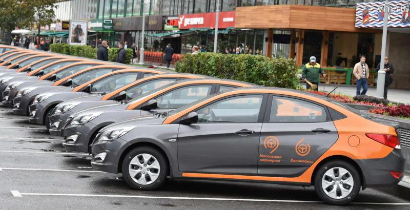 """В настоящее время парк «Делимобилей» составляет 100 машин, до конца года численность автомобилей вырастет как минимум в пять раз. / Владимир Новиков, """"Вечерняя Москва"""""""