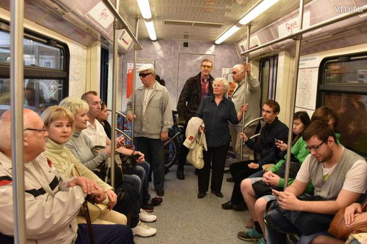 """Учитывая огромный пассажиропоток в столичной подземке, а также тесноту в часы пик, подхватить инфекцию не составляет особого труда. Потому специалисты проверили обеззараживающую систему не только в подвижных составах, но и на эскалаторах / Владимир Новиков, """"Вечерняя Москва"""""""