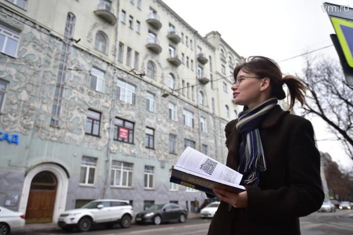 Ирина Трубецкая у знаменитого дома на Чистопрудном бульваре / Антон Гердо
