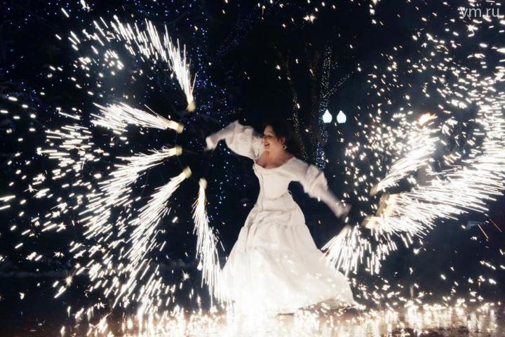 """Выступление уличного театра """"Огненные люди"""" на Пушкинской площади в рамках фестиваля """"Путешествие в Рождество"""" / Анна Иванцова, """"Вечерняя Москва"""""""