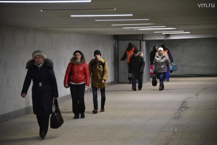 Пассажиры идут по обновленному переходу: проходящий ремонт не ограничил движения людей / Антон Гердо