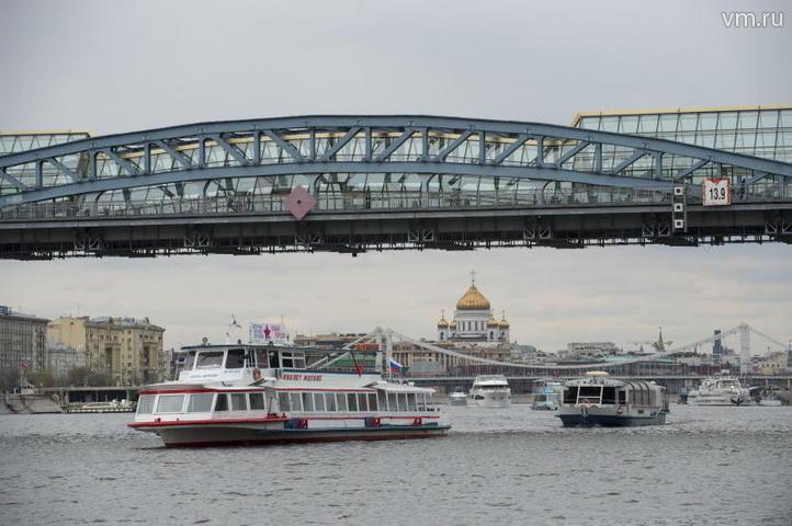 """Этим летом по Москве-реке ходили 55 судов. В их числе двухпалубные, однопалубные теплоходы, экскурсионные и пассажирские. / АРТЕМ ЖИТЕНЕВ, """"ВЕЧЕРНЯЯ МОСКВА"""""""