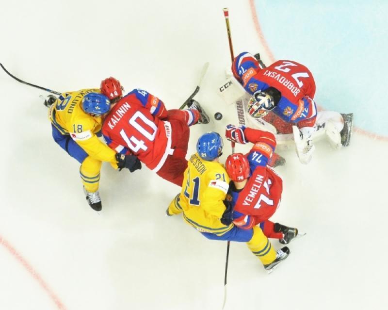 Вратарь сборной России Сергей Бобровский в матче группового этапа чемпионата мира по хоккею между сборными командами России и Шве