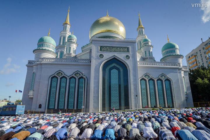 Мусульмане перед намазом в день праздника Ураза-байрам у Соборной мечети. / Александр Казаков