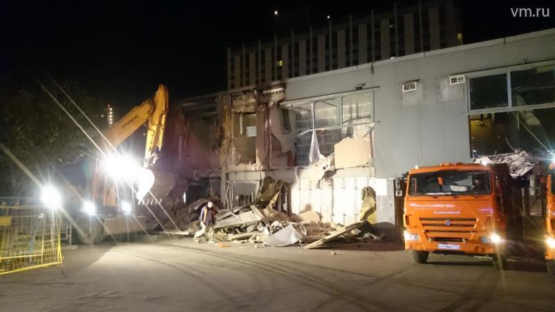 Работы ведутся сразу с двух сторон длинного здания. / Михаил Абрамычев