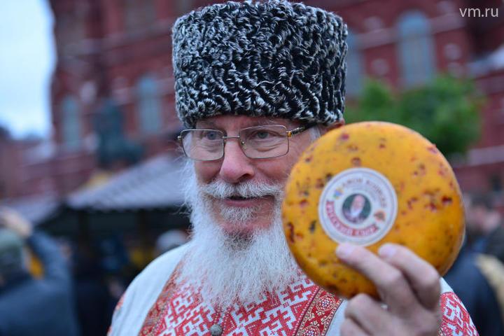 """Спрос на сырную продукцию был настолько велик, что 10 тонн пришлось экстренно довозить / Наталья Феоктистова, """"Вечерняя Москва"""""""