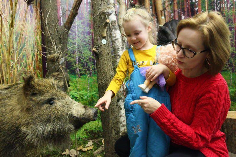 Работник детского сада Оксана Клоновец с одной из своих воспитанниц Ариной Петровой на экскурсии в Музее природы / Павел Волков
