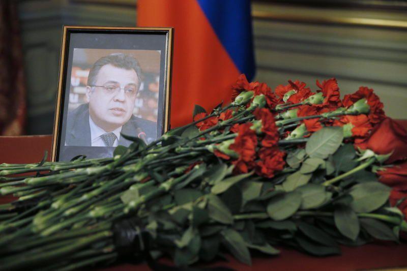 Москвичи возложили цветы у здания МИД России в память о погибшем в Анкаре после России /  Александр Щербак/ТАСС