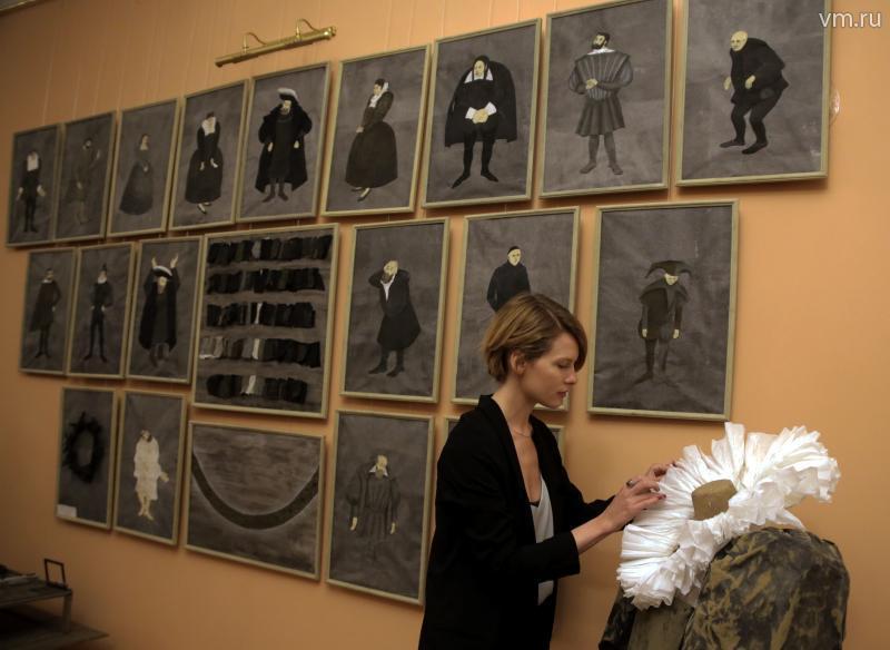 Надежда Корпачева представила один костюм и полтора десятка эскизов – все в черно-серой гамме, и тоже все своими руками. / Сергей ШАХИДЖАНЯН