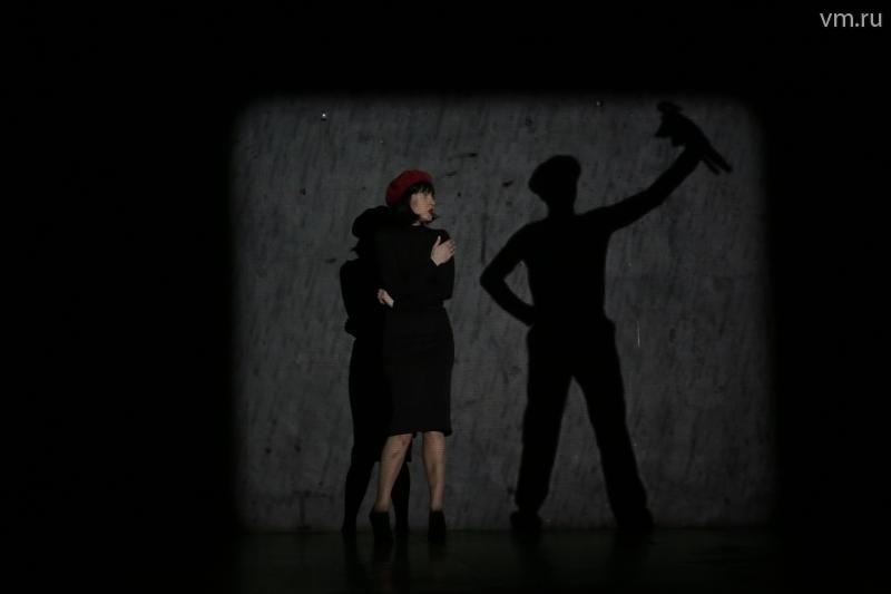 """Даже волк выступает лишь в образе невнятной тени. Минимум света дает зрителю возможность сконцентрироваться на мимике актеров / Сергей Шахиджанян, """"Вечерняя Москва"""""""