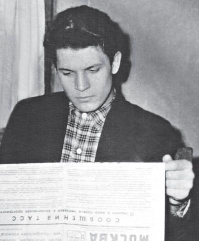Толя в 1961 году. В руках — «ВМ» с сообщением о полете Гагарина / ИЗ ЛИЧНОГО АРХИВА