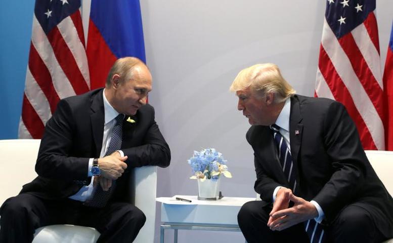 Встреча президента России Владимира Путина (слева) и американского лидера Дональда Трампа (справа) началась в 17:09 / Официальный сайт президента России