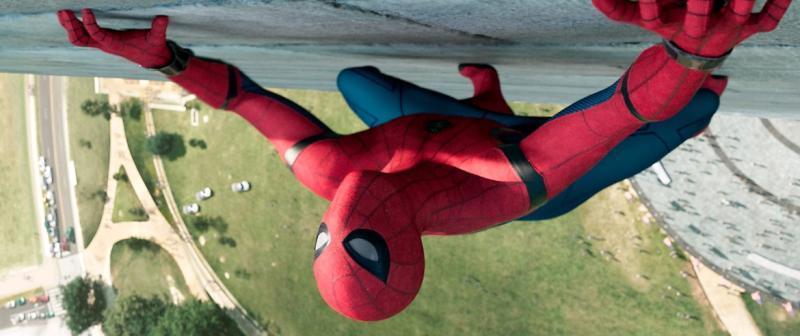 """В новом фильме Питер Паркер (Человек-паук, Том Холланд) возвращается к своей тете Мэй после того, как провел некоторое время с командой супергероев «Мстителей» / Кадр из фильма """"Человек-паук: Возвращение домой"""""""