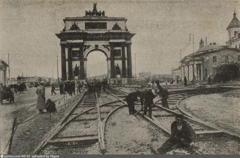 1904 год. На пересечении Тверской-Ямской и Лесной улиц укладывают первые трамвайные пути