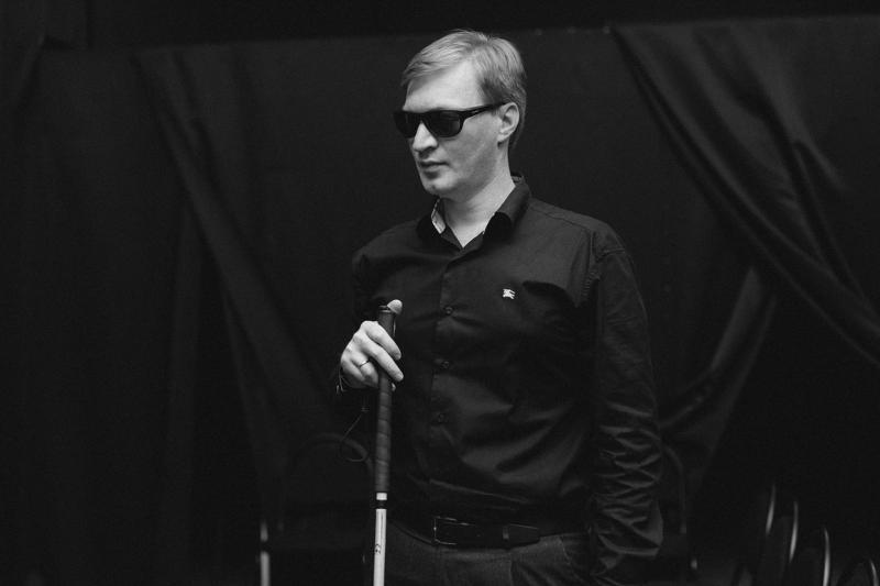 Евгений Арнапольский, руководитель проектов «Концерты в темноте» и «Диалоги в темноте», рассказывает, что незрячие люди, которые приходят в проект, проходят огромную подготовку, чтобы легко ориентироваться даже во внештатных ситуациях / Ксения Новоселова