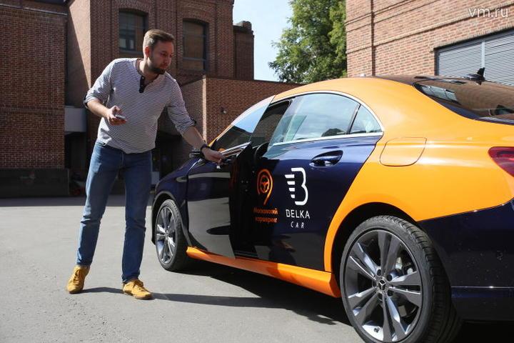 """Все больше москвичей предпочитают каршеринг личному авто. Доступные машины отображаются в приложении / Антон Гердо, """"Вечерняя Москва"""""""