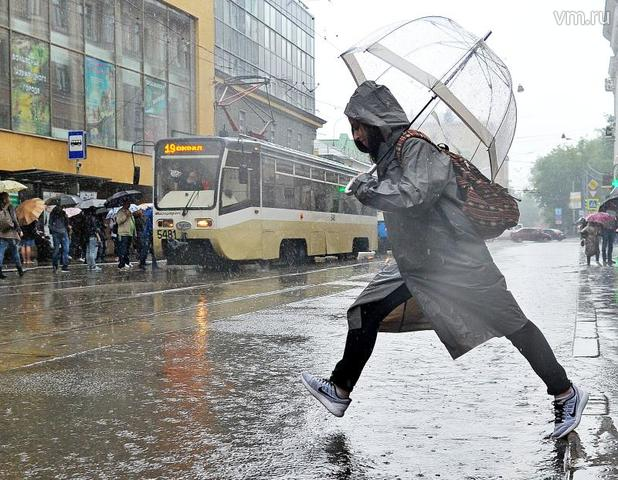 """В наши дни, как и много лет назад, в сильную непогоду на улицах Москвы появляются реки, которые пешеходам не перейти, но можно попробовать перепрыгнуть / Светлана Колоскова, """"Вечерняя Москва"""""""