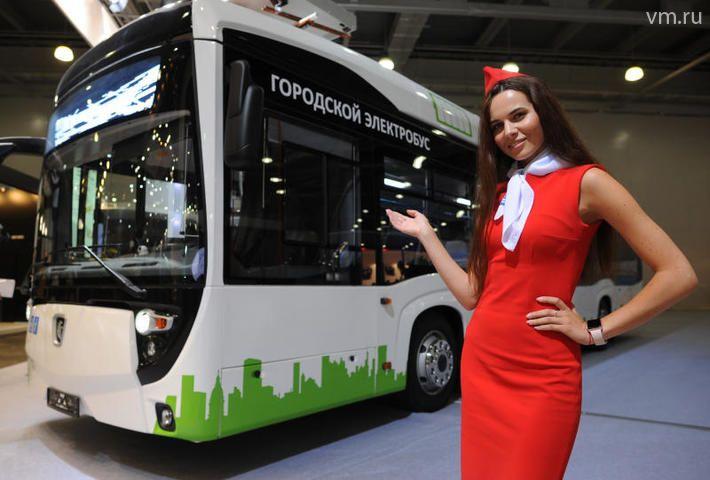 """Модель Екатерина Страхова демонстрирует электробус, который в ближайшее время пройдет испытания на дорогах столицы / Александр Кожохин, """"Вечерняя Москва"""""""