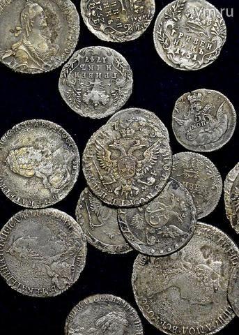 """Серебряные монеты XVIII века, которые нашли ровно сложенными на месте свалки ткацкой фабрики. Ныне это территория Садовнической набережной / АРТЕМ ЖИТЕНЕВ, """"ВЕЧЕРНЯЯ МОСКВА"""""""