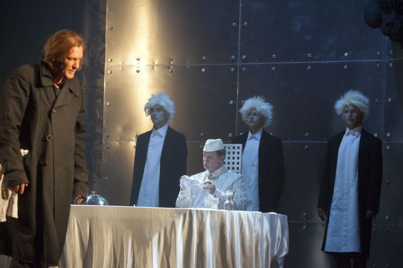 Слева - направо: Игорь Миркурбанов (Мольер), народный артист России Виктор Вержбицкий (Людовик Великий) / Александр Стернин