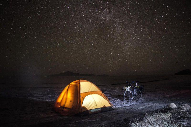 Ночная стоянка в соляной пустыне Салар де Уюни (Боливия) /  фото из личного архива Дениса Хмеля