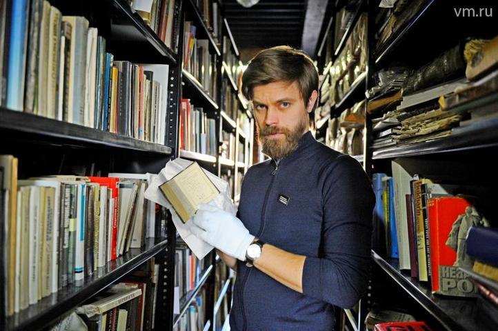 Директор музея ГУЛАГ Роман Романов держит в руках книгу заключенной Ольги Раницкой