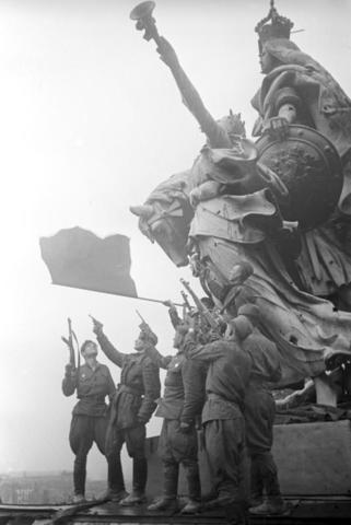 Май 1945 года. Победа близко. Советское знамя взвилось над Рейхстагом в Берлине / РИА Новости