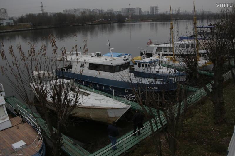 """По словам одной из местных жительниц, яхт-клуб находится давно, но он все больше и больше напоминает ей свалку / Сергей Шахиджанян, """"Вечерняя Москва"""""""
