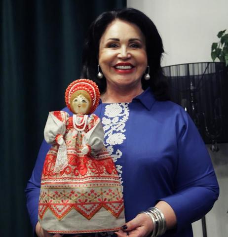 Надежда Бабкина и кукла автора Миназуми Миэко / ПРЕСС-СЛУЖБА НАДЕЖДЫ БАБКИНОЙ